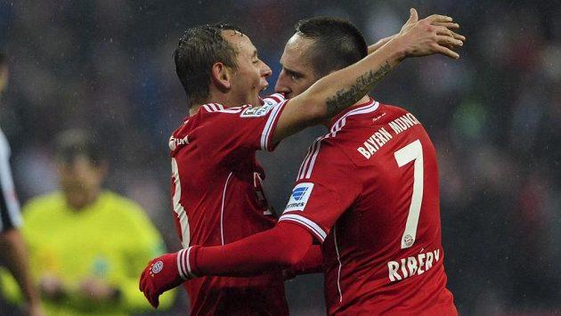 Brazilský bek Rafinha (vlevo) a Franck Ribéry se radují z vítězství nad Eintrachtem Frankfurt.