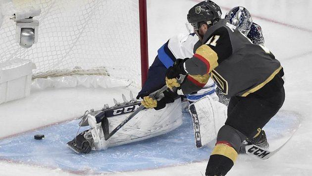 Útočník Vegas Golden Knights Jonathan Marchessault střílí gól do sítě Winnipegu ve třetím finále Západní konference NHL.