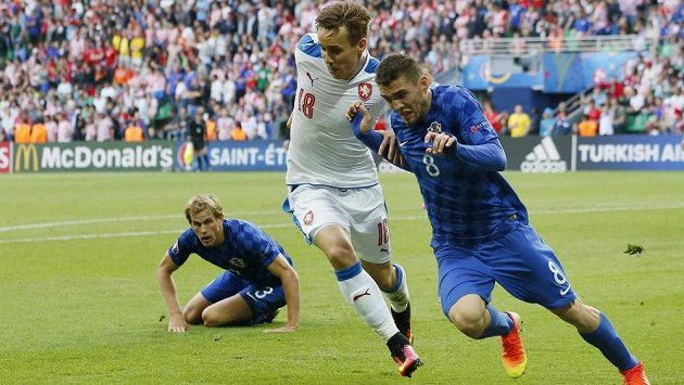 Český reprezentant Josef Šural bojuje o míč s Mateo Kovačičem z Chorvatska.