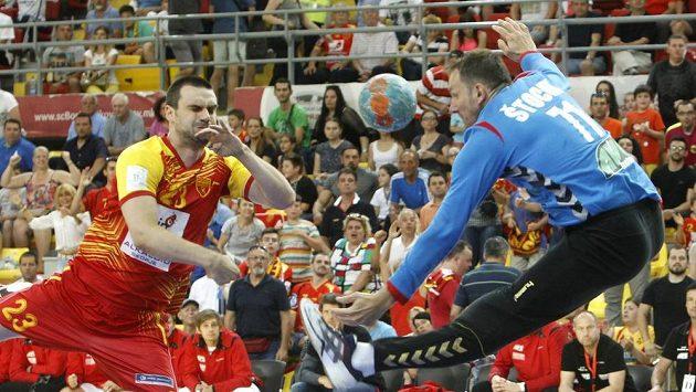 Brankář Petr Štochl (vpravo) zasahuje proti Filipovi Lazarovovi z Makedonie.