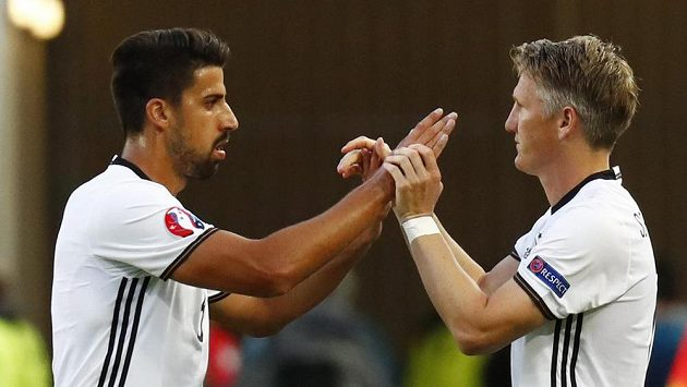 Sami Khedira (vlevo) kvůli zranění brzy čtvrtfinále s Itálií dohrál, nahradil ho Bastian Schweinsteiger.