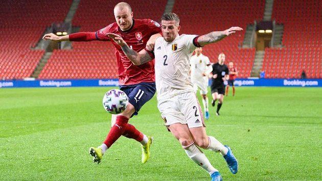 Český útočník Michael Krmenčík a Toby Alderweireld z Belgie během utkání kvalifikace MS 2022 v Kataru. Archivní foto