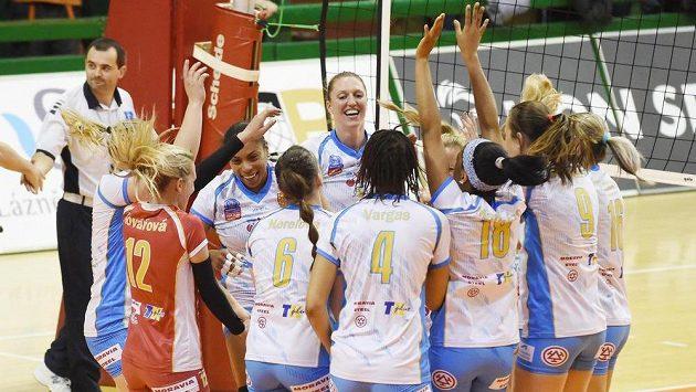 Hráčky Prostějova se radují z vítězství v Olomouci a zisku poháru vítězů extraligy.