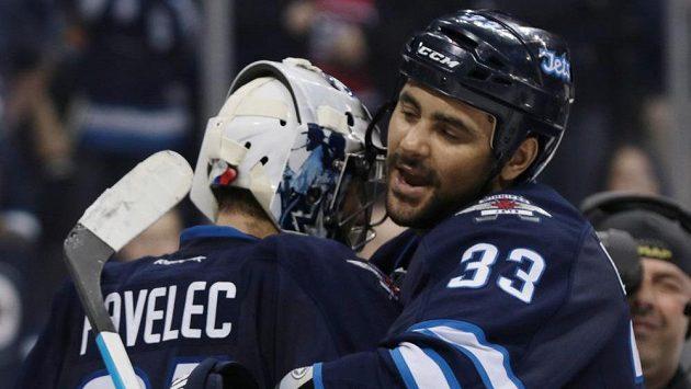 Obránce Winnipegu Dustin Byfuglien (33) oslavuje s brankářem Ondřejem Pavelecem výhru nad Montrealem.