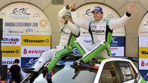 Vítězná posádka Barum Rallye Jan Kopecký (vpravo) a Pavel Dresler s autem Škoda Fabia R5.