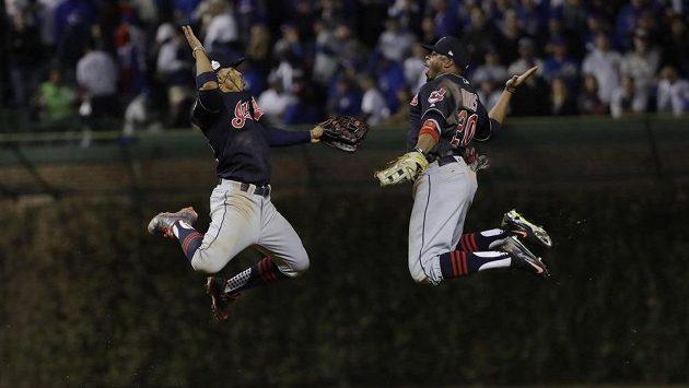 Baseballisté Clevelandu Indians Francisco Lindor (vlevo) a Rajai Davis slaví vítězství v třetím zápase Světové série MLB proti Chicagu Cubs.