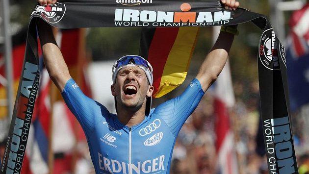 Německý triatlonista Patrick Lange v cíli havajského Ironmana v rekordu závodu a při obhajobě triumfu.