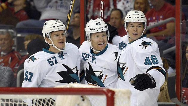 Tomáš Hertl (vpravo) se raduje se svými spoluhráči Mattem Irwinem (uprostřed) a Tommym Wingelsem z gólu Žraloků.