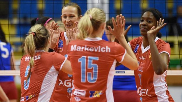 Volejbalistky Prostějova oslavují bod v prvním finále proti Olympu.