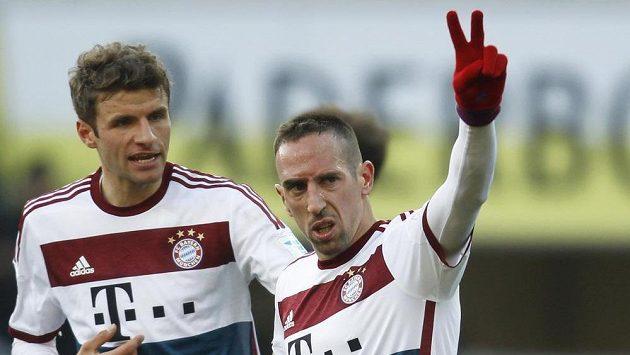 Franck Ribéry (vpravo) z Bayernu Mnichov slaví se spoluhráčem Thomasem Müllerem svůj gól proti Paderbornu.