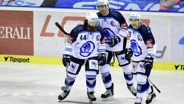 Plzeňští hokejisté (zleva) Ryan Hollweg, Michal Moravčík a Tomáš Mertl se radují z třetího gólu na ledě Pardubic.