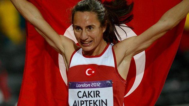 Turecká atletka Asli Cakirová-Alptekinová po triumfu v běhu na 1500 metrů na OH v Londýně.