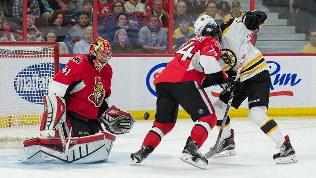 Útočník Bostonu David Pastrňák (vpravo) se snaží překonat brankáře Ottawy Craiga Andersona.