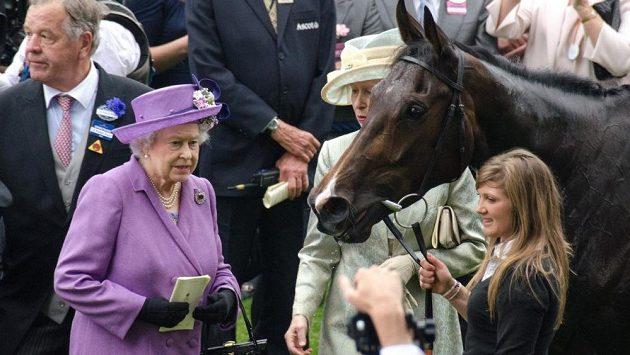 Estimate, klisna britské královny Alžběty, s panovnicí v Ascotu.
