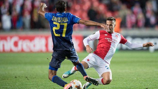 Záložník Slavie Jakub Hromada (vpravo) v souboji s Ofirem Davidzadou z Maccabi Tel Aviv.
