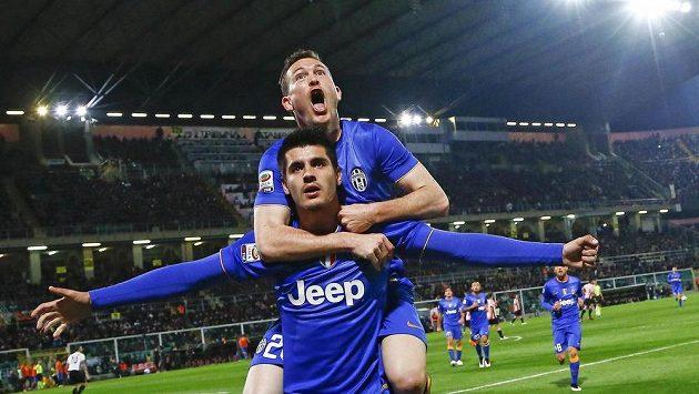 Fotbalisté Juventusu Alvaro Morata (dole) a Stephan Lichtsteiner se radují z gólu proti Palermu.