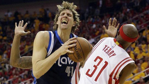 Dirk Nowitzki z Dallasu v souboji s Jasonem Terrym z Houstonu.
