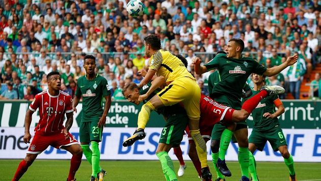 Český gólman Jiří Pavlenka v barvách Werderu Brémy boxuje míč v souboji s Bayernem Mnichov v německé lize.