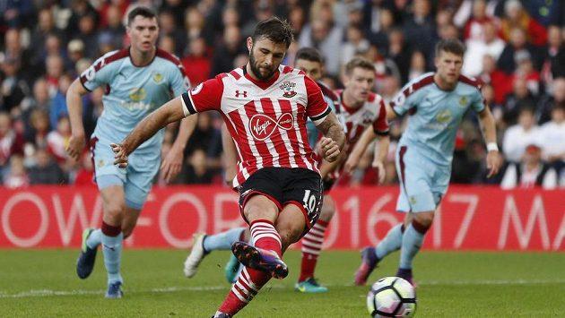 Fotbalista Southamptonu Charlie Austin skóruje proti Burnley.