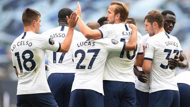 Fotbalisté Tottenhamu oslavují jeden ze dvou gólů Harryho Kanea proti Leicesteru.