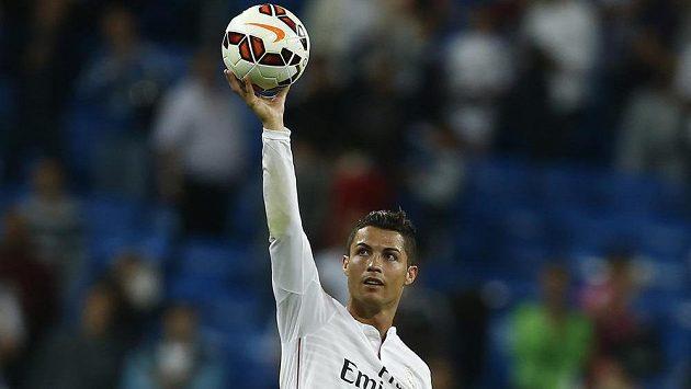 Cristiano Ronaldo z Realu Madrid slaví svůj čtvrtý gól v síti Elche.