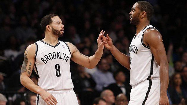 Basketbalisté Brooklynu Deron Williams (vlevo) a Alan Anderson v utkání NBA proti San Antoniu.