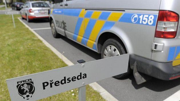 Policejní vůz stojí před sídlem Fotbalové asociace ČR v Praze na Strahově.