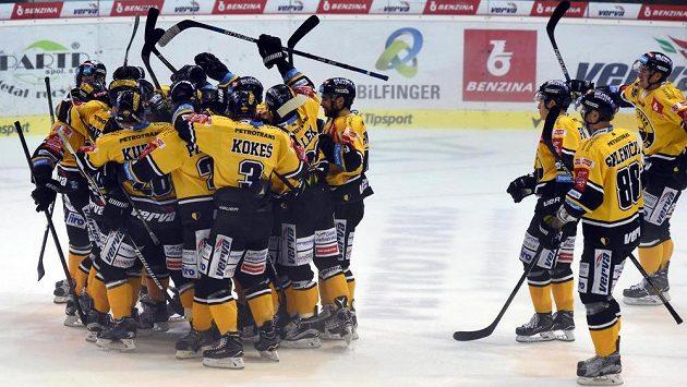 Litvínovští hokejisté se radují z vítězství nad Hradcem Králové.
