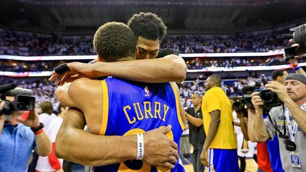 Basketbalisté Golden State oslavují postup do dalšího kola play off.
