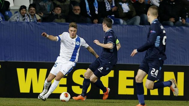 Liberecký Jevhen Budnik v souboji s Nickem Viergeverem z Alkmaaru v úvodním utkání vyřazovací fáze Evropské ligy.