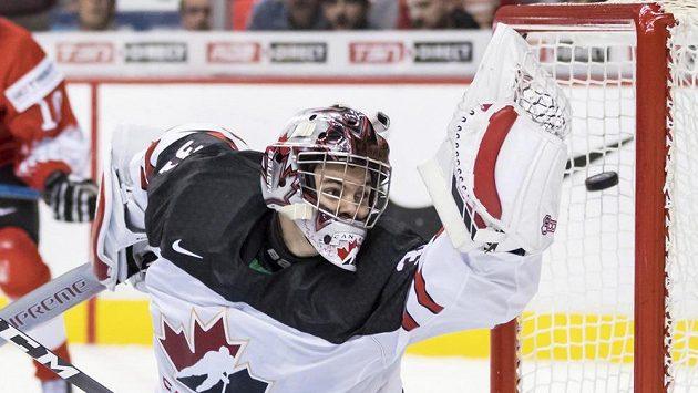 Kanadský gólman Ian Scott inkasuje po střele Švýcara Philippa Kurasheva.