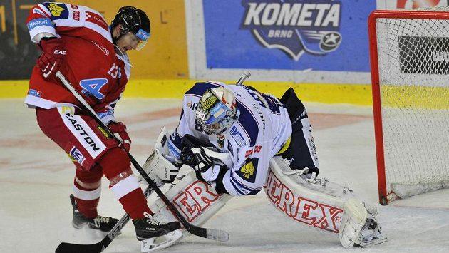 Tomáš Mikúš z Olomouce (vlevo) a brněnský brankář Martin Falter v utkání 5. kola hokejové Tipsport extraligy.
