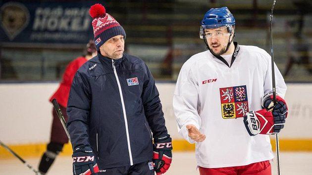Trenér Josef Jandač a útočník Jan Kovář během tréninku hokejové reprezentace v Praze.
