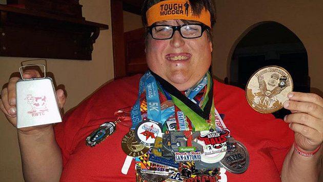Derek Mitchell se navzdory svým kilům rozběhl. Medaile jsou toho důkazem.