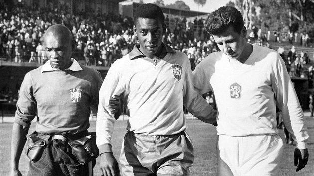 Slavný Pelé (uprostřed) takhle opouštěl hrací plochu pro zranění na MS 1962 v Chile. Brazilci, u jejichž týmu tehdy působil masér Mario Americo (vlevo), si s absencí hvězdy poradili. Vpravo československý reprezentant Josef Masopust, který Pelému pomáhal ze hřiště.
