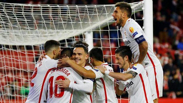 Radost hráčů Sevilly, s číslem 10 autor gólu Ever Banega.