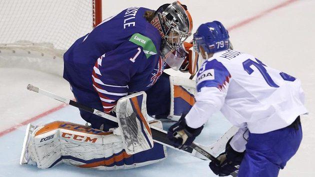 Slovenský útočník Libor Hudáček se snaží překonat britského gólmana Jacksona Whistlea.