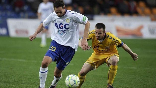 Obránce Teplic Milan Matula (vlevo) a jihlavský obránce Tomáš Marek.