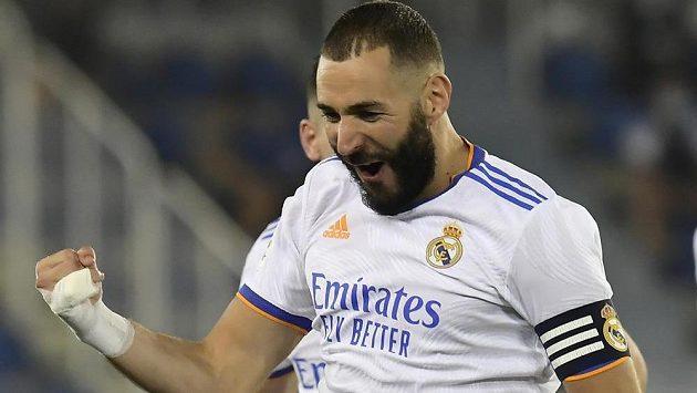 Kapitán Realu Madrid Karim Benzema se raduje ze svého gólu proti Alavésu.