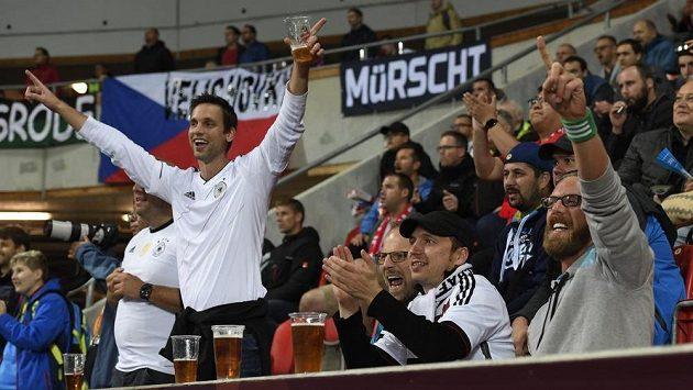 Fanoušci v Edenu na zápase Česko - Německo, v popředí radost těch z Německa.