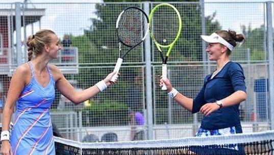 Petra Kvitová a Barbora Krejčíková se na archivním snímku zdraví po zápase.