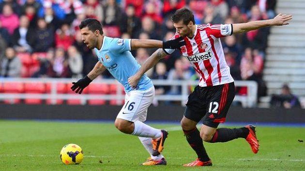 Ondřej Čelůstka v dresu Sunderlandu (vpravo) brání Sergia Agüera z Manchesteru City.