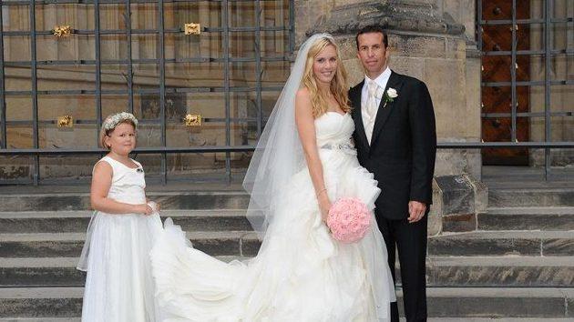 Dlouhá vlečka nevěsty zaměstnala na svatbě Nicole Vaidišové a Radka Štěpánka i družičku.