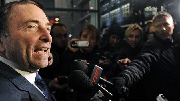 Komisionář NHL Gary Bettman hovoří s novináři po dalším dílu vyjednávání s představiteli hráčské asociace NHLPA o možném ukončení výluky soutěže.