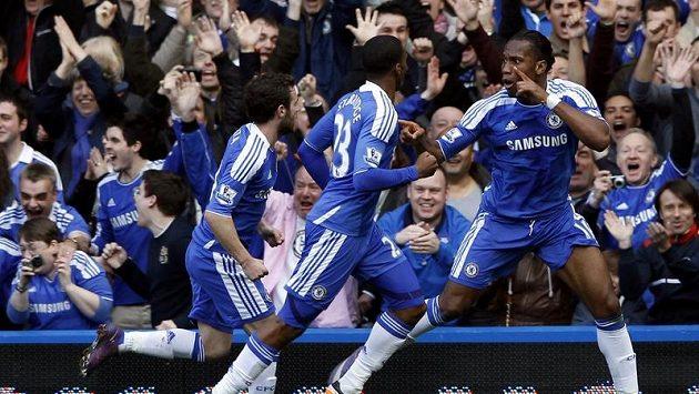 Didier Drogba z Chelsea (vpravo) se raduje ze svého stého gólu v Premier League.