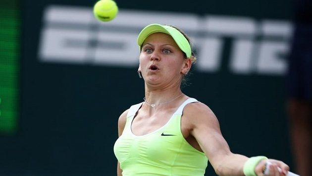 Lucie Šafářová na turnaji v Charlestonu válí.