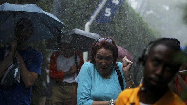 Diváci na US Open hledají úkryt před prudkým deštěm