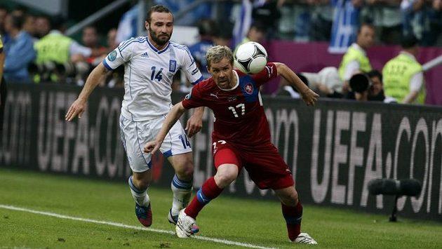 Tomáš Hübschman (v červeném) a Dimitris Salpingidis z Řecka