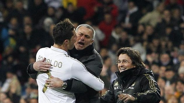 Trenér Realu Madrid José Mourinho (uprostřed) se raduje s útočníkem Ronaldem z gólu.