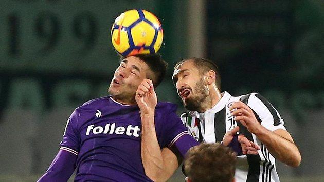 V italské lize proti sobě nastoupili fotbalisté Fiorentiny a Juventusu. Giovanni Simeone v dresu Fiorentiny (vlevo) v ostrém hlavičkovém souboji s Giorgiem Chiellinim z Juventusu.